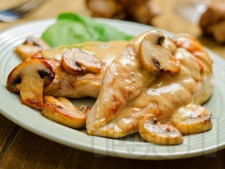 Вкусно сочно задушено пилешко филе (гърди) на тиган с гъби и ароматен сос от брашно, масло, мляко и горчица - снимка на рецептата